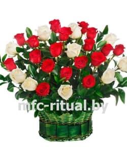 Траурная корзина «Красная и белая роза»